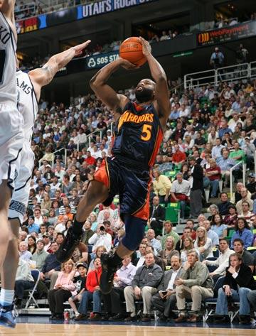 图文:[NBA]爵士胜勇士 拜伦-戴维斯后仰跳投