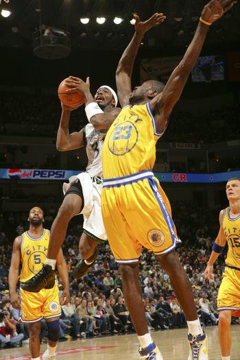 图文:[NBA]勇士擒森林狼 戴维斯无惧理查德森