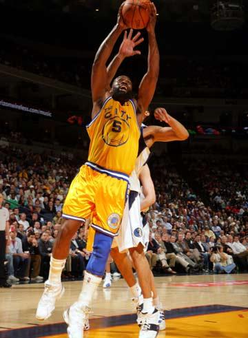 图文:[NBA]小牛100-117勇士 戴维斯双手扣篮