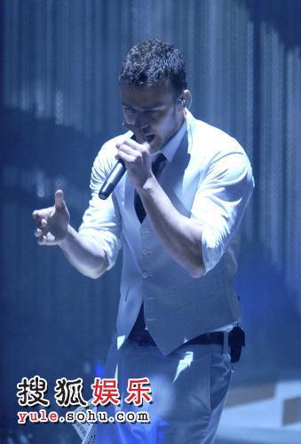 颁奖现场,仿佛贾斯汀的个人show。图为贾斯汀穿另一套白色衣服表演