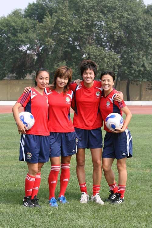 图文:[世界杯]中国女足备战 姐妹一心