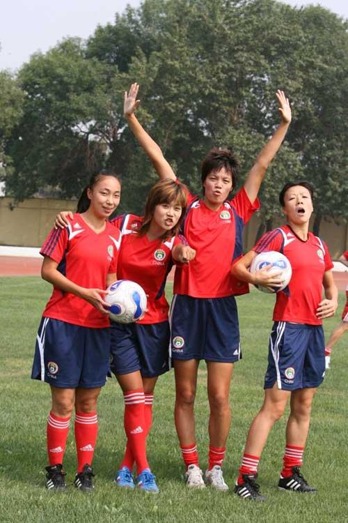 图文:[世界杯]中国女足备战 李洁欢呼