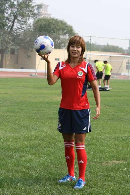 图文:[世界杯]中国女足备战 韩端耍球