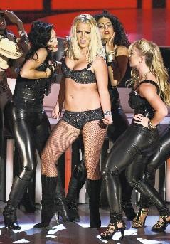 """小甜甜布兰妮身穿黑色比基尼,大跳热舞,并演唱她的最新单曲""""Gimme More""""。这是她复出后第一次上台表演。"""