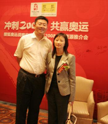 联想品牌沟通部高级总监朱光与搜狐公司联席总裁兼首席财务官余楚媛合影
