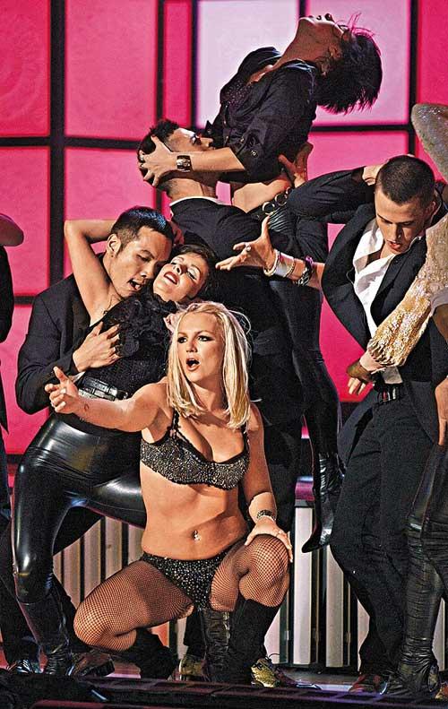 Britney以bratop热裤作开幕嘉宾,但她的生疏舞步加甩嘴表演,叫人不敢恭维。