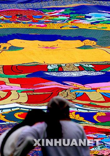 9月10日,两位游客正在观赏巨幅堆绣。