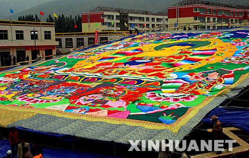 9月10日,工作人员正在整理巨幅堆绣。