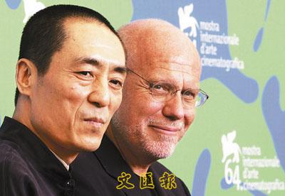 有张艺谋带领评审团,威尼斯影展主席马可穆勒(右)当然会非常放心