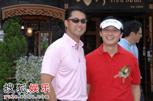 黄绍基先生与王敏德谈笑风生