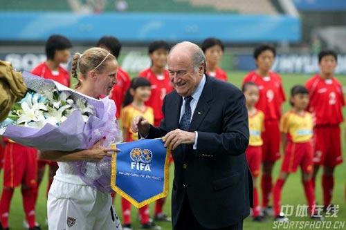 图文:[世界杯]美国VS朝鲜 布拉特为莉莉颁奖