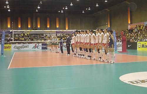 图文:女排迎战澳大利亚赛前热身 准备入场仪式