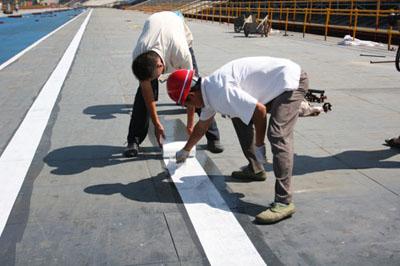 """工人在赛道上铺设""""白线"""""""