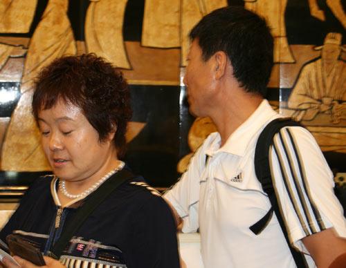 图文:中国女足亲友团助威 毕妍的父母