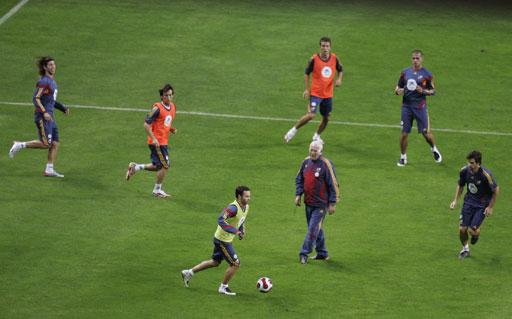 图文:[足球]西班牙备战欧锦赛 球员们表情各异