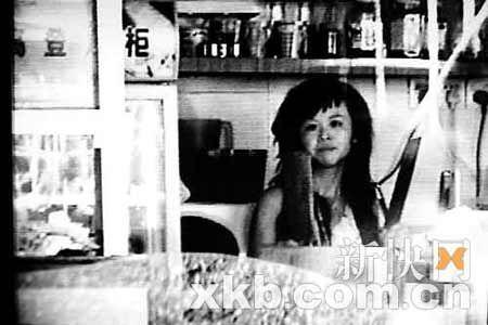 坐在餐厅一角的少女拿着两把菜刀乱舞。黄学民/摄