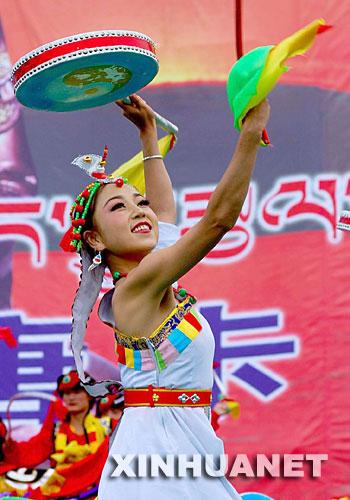 """9月10日,同仁县一位青年演员正在表演""""龙鼓舞""""。"""