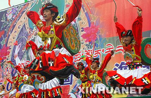 """9月10日,同仁县民族歌舞团的演员正在表演""""龙鼓舞""""。"""