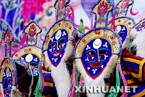9月10日,同仁县民族歌舞团的演员正在表演藏乡面具舞蹈。