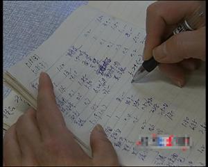 退休在家的张先生从菜市场回家,第一件事就是拿起账本把刚刚花的钱记录在案,张先生记账有一个重要的作用,是为了配合北京市东城区统计局的工作,每天记录自己家庭的收入及支出的情况,东城区统计局每个月18到21号会收走当月的账本进行统计,经过核算以后,统计局会把每个家庭当月的收支情况再通过统计单的形式对居民进行反馈。