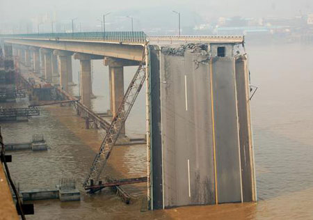 广东九江大桥200米桥面被撞垮塌。