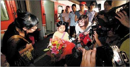 刚下火车,李春娥就被十几家媒体的记者围了个水泄不通