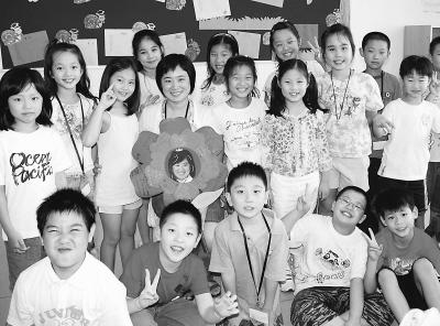 学生用多种形式向自己的老师们祝贺教师节.图为上海中芯学校高清图片