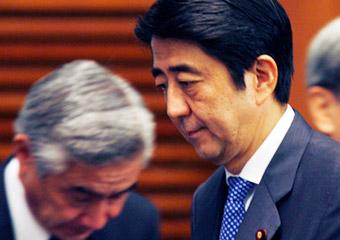 当地时间9月12日,日本首相安倍晋三准备在官邸会见记者。