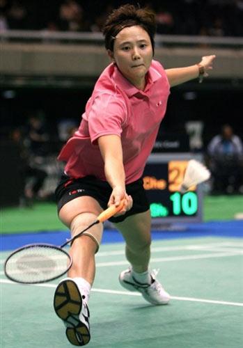 图文:日本羽毛球公开赛首轮 香港名将王晨接球
