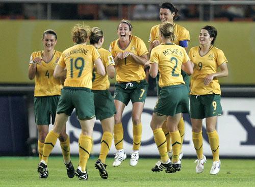 澳大利亚队队员庆祝进球