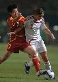 图文:[世界杯]中国3-2丹麦 毕妍吕达尔拼抢