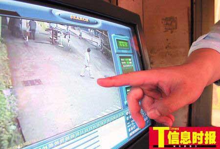 监控录像显示的白衣服者为逃脱的嫌疑人。广州日报记者 杨勤 摄