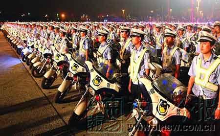 郑州两万警民出街誓灭抢匪