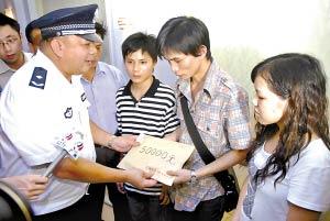 市公安局领导看望陈更生家属并送上慰问金。 海国、邵权达 摄