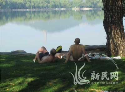 这三名外国游客很是悠闲