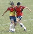 图文:女足武汉备战小组赛次战 队员奋力拼抢