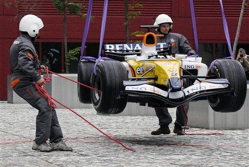 图文:[F1]雷诺在捷克路演 工人正在吊装赛车