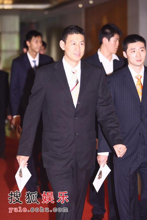姚明纳什慈善拍卖晚会 中国男篮队员走上红地毯