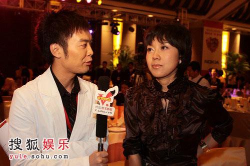 姚明纳什慈善拍卖晚宴 搜狐主播黄锐采访闫妮