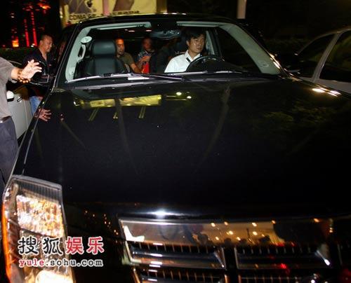 姜文/姜文坐车离开首映现场