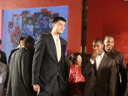 图文:姚明纳什慈善之旅晚宴 姚明与NBA球星