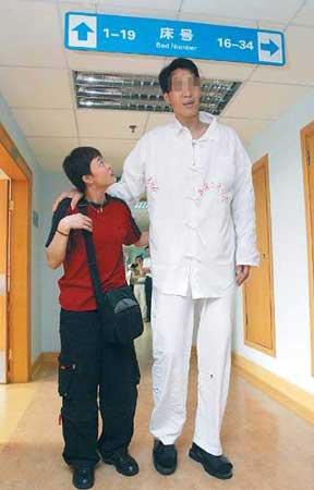 巨人术后妻子扶着他在医院散步。本报记者