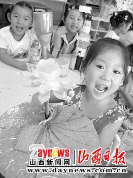 济南/9月13日,在济南幼儿师范附属幼儿园,一名小朋友展示用废旧...