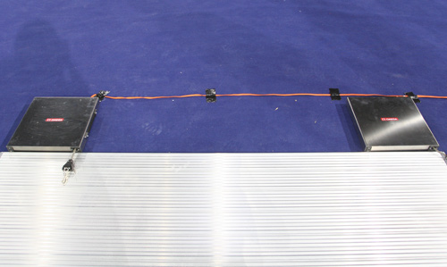 图文:北京奥运击剑馆完工 裁判器运动员拖线