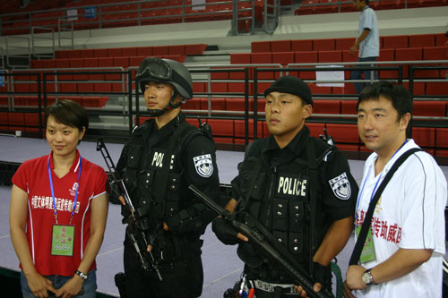 图文:助威团体验奥运安保 明星安保人员合影