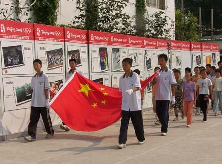 图文:行走的奥普公益展 护旗手