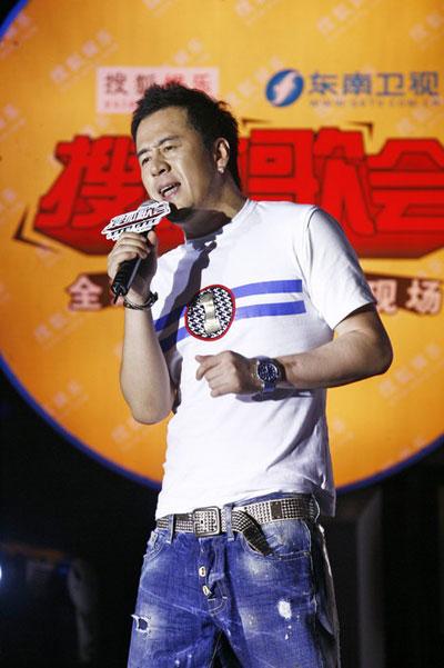 """图:杨坤搜狐歌会 表情依然""""苦大仇深"""""""