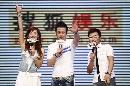 图:杨坤搜狐歌会 向现场观众问好
