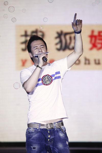 图:杨坤搜狐歌会 激情高歌露经典动作