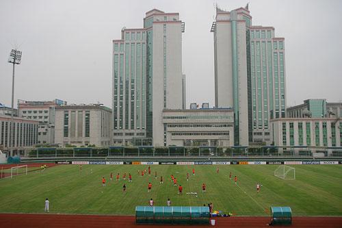 图文:[世界杯]中国武汉备战 远观女足训练